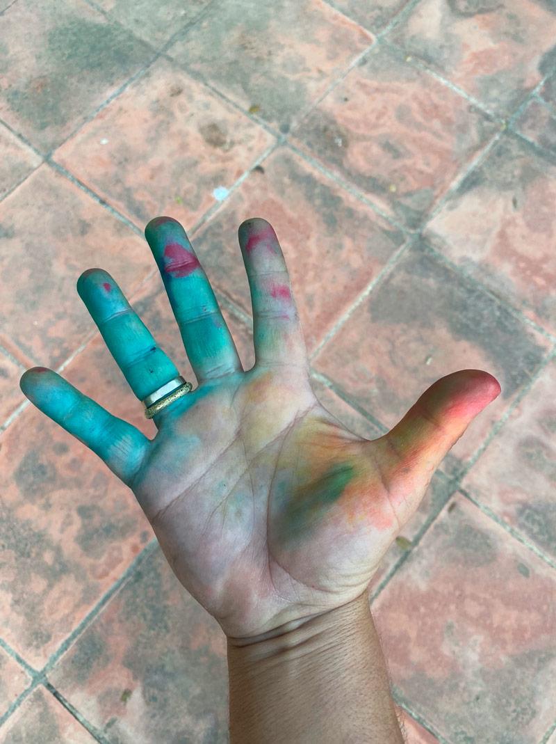 La mano de pintar.